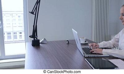 jonge, businesswoman, het typen, op, de, draagbare computer, in, kantoor