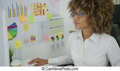 jonge, businesswoman, ontdekkingsreis, diagrammen, op,...