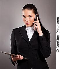 jonge, businesswoman, sprekend op telefoon, en, gebruik, tablet pc