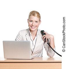 jonge, businesswoman, zittende , op, een, kantoorbureau, met, telefoon, handset