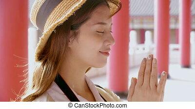 jonge, chinees, tempel, biddend, toerist, vrouw