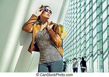 jonge dame, in, de, het winkelen wandelgalerij