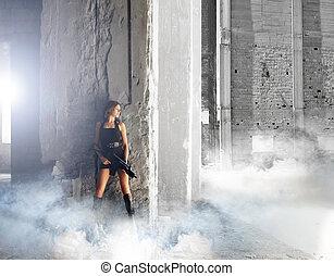jonge, en, sexy, vrouw, met, de, machinegeweer, in, apocalyptisch, landsca