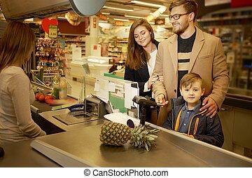 jonge familie, in, een, grocery slaan op