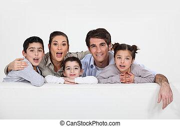 jonge familie, met, een, plank, links, leeg, voor, jouw, boodschap