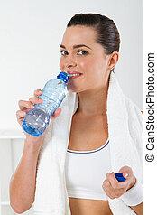 jonge, fitness, vrouw, drinkt