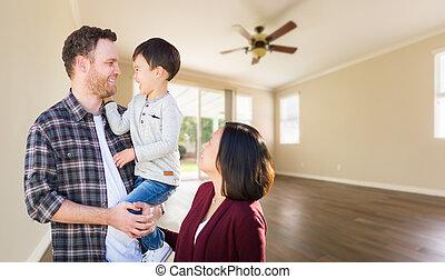 jonge, gemengde race, kaukasisch, en, chinees, gezin, binnen, empty room, met, hout, floors.