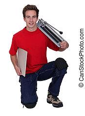jonge, handyman, het poseren, met, een, tegel, snijder, en,...