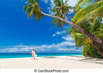 jonge, hartelijk, gelukkig paar, op, tropisch strand, met, palmbomen, trouwfeest, op, strand