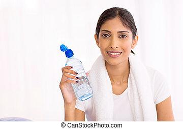 jonge, indiër, vrouw, drinkwater, na, het uitoefenen