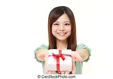 jonge, japans vrouw, offergave, een, cadeau