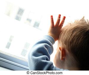 jonge jongen, op, venster