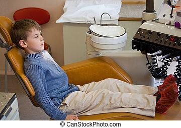 jonge jongen, wachten, medische werker, in, leunstoel, stomatological, kantoor