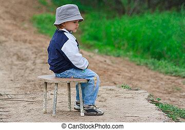 jonge jongen, zittende , op, de, stoel, in, wachten, iets