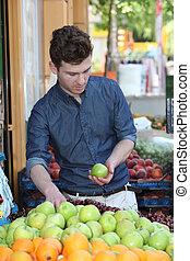 jonge, klant, kies, vruchten, op, kruidenierswinkel
