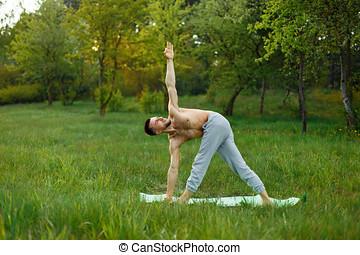 jonge man, beoefenen, yoga, buitenshuis