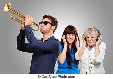 jonge man, blazen, trompet, en, vrouwen, krijgen, irritatie,...