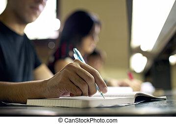 jonge man, doen, huiswerk, en, studerend , in, universiteit, bibliotheek