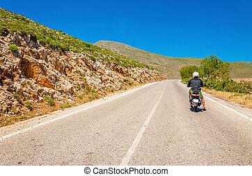 jonge man, geleider, scooter, op, lege, asfalteren straat