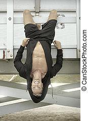 jonge man, hangend