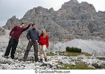 jonge man, het tonen, zijn, groep, de, bestemming, in de bergen