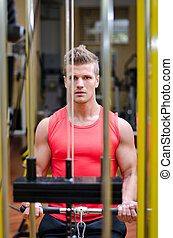 jonge man, het uitoefenen, biceps, op, gym, machine