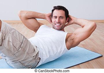 jonge man, het uitoefenen, op, oefen mat