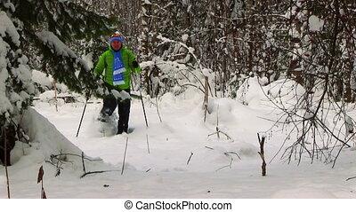 jonge man, in, de, winter, bos