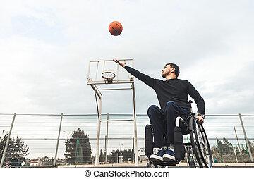 jonge man, in, een, wheelchair, spelend, basketball.