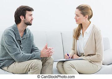 jonge man, in, vergadering, met, een, financieel, adviseur