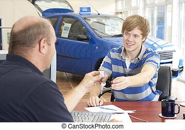 jonge man, invulling, schrijfwerk, in auto, toonzaal