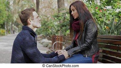 jonge man, kneeing, dons, sprekend aan, zijn, vriendin