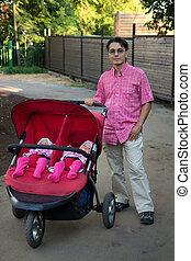 jonge man, met, dubbel, kinderwagen, en, twee, geitjes, in, informatietechnologie, tweeling