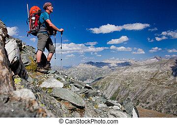 jonge man, met, schooltas, op, een, berg, wandelen