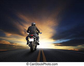 jonge man, paardrijden, groot, fiets, motocycle, op, asfalt, rijksweg, tegen