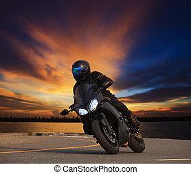 jonge man, paardrijden, groot, fiets, motorfiets, neiging, bocht, op, asfalt, hoi