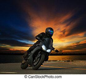 jonge man, paardrijden, groot, fiets, motorfiets, neiging, bocht, op, asfalt, rijwegen, straat, tegen, mooi, duister, hemel, gebruiken, als, mensen, avontuur sport, vrije tijd, thema