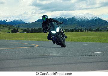 jonge man, paardrijden, groot, fiets, motorfiets, op, asfalt, rijwegen, gebruiken, voor, mensen, vrije tijd, vakantie, het reizen, en, levensstijl, activties