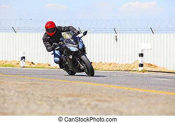 jonge man, paardrijden, groot, fiets, motorfiets, op, scherp, bocht, asfalteren straat