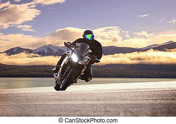 jonge man, paardrijden, groot, fiets, motorfiets, tegen, scherp, bocht, van, asfalt, hoog, wegen, straat, met, landelijk, meer, scène, gebruiken, voor, mannelijke , avontuur, activiteiten, en, motor sport, hobby, op vakantie, vakantie