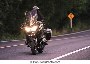 jonge man, paardrijden, groot, motorcycly, op, asfalteren straat, gebruiken, voor, mannen, acti