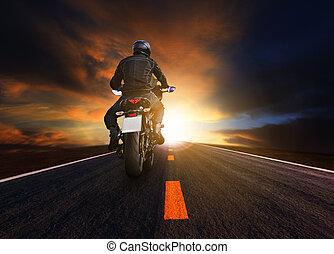 jonge man, paardrijden, groot, motorfiets, op, asfalt, snelweg, gebruiken, voor, mensen, vrije tijd, en, motorsport, activiteiten