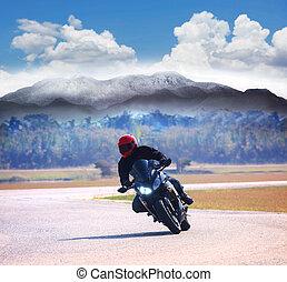jonge man, paardrijden, motorfiets, op, asfalteren straat, tegen, berg, hig