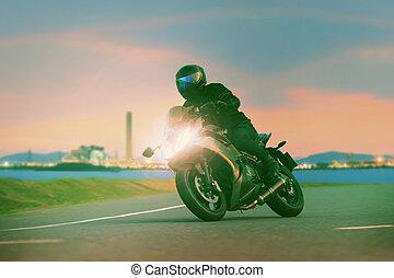 jonge man, paardrijden, sportende, tour, motorfiets, op, asfalt, rijwegen, tegen, mooi, verlichting, van, stedelijke , industrie, scène, gebruiken, als, moderne, mensen, levensstijl, en, vakantie, activiteiten