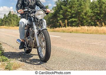 jonge man, paardrijden, zijn, motorfiets, op, open weg