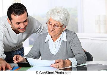 jonge man, portie, oudere vrouw, met, schrijfwerk