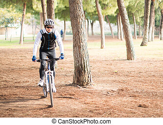 jonge man, rijdende fiets