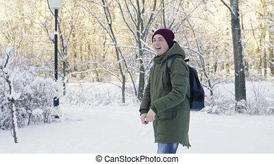 jonge man, spelend, sneeuwballen, in het park
