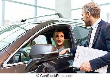 jonge man, testen, nieuwe auto, in, toonzaal
