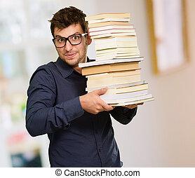 jonge man, vasthouden, boekjes
